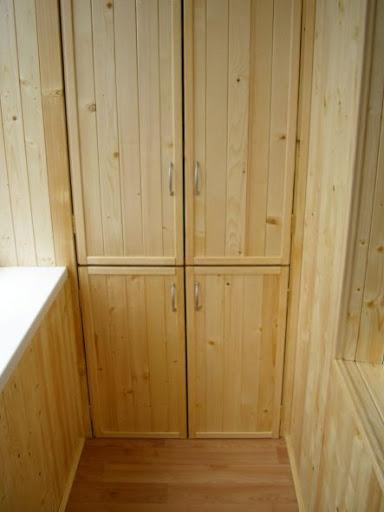 Деревянный шкаф для балкона