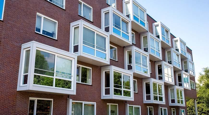белые балконы с окнами